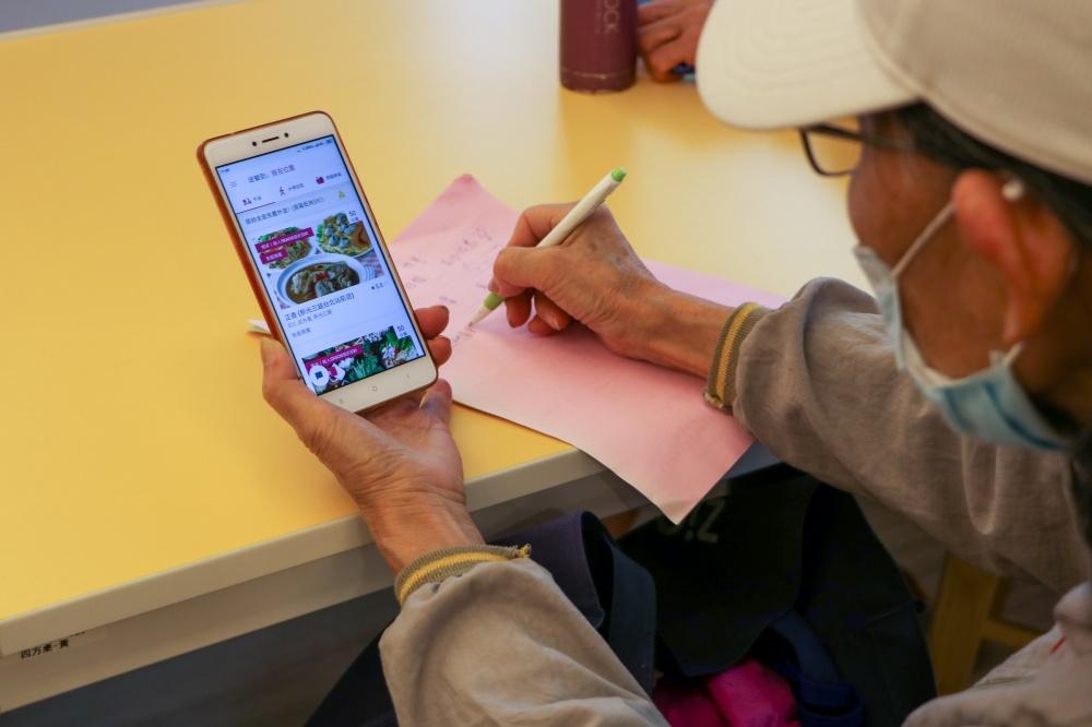 樂齡族在課堂上同步試用 foodpanda APP ,並積極提出回覆與操作上的問題 foodpanda攜手智樂活樂齡活動社群,讓更多銀髮族群也能輕鬆使用外送服務訂購餐飲