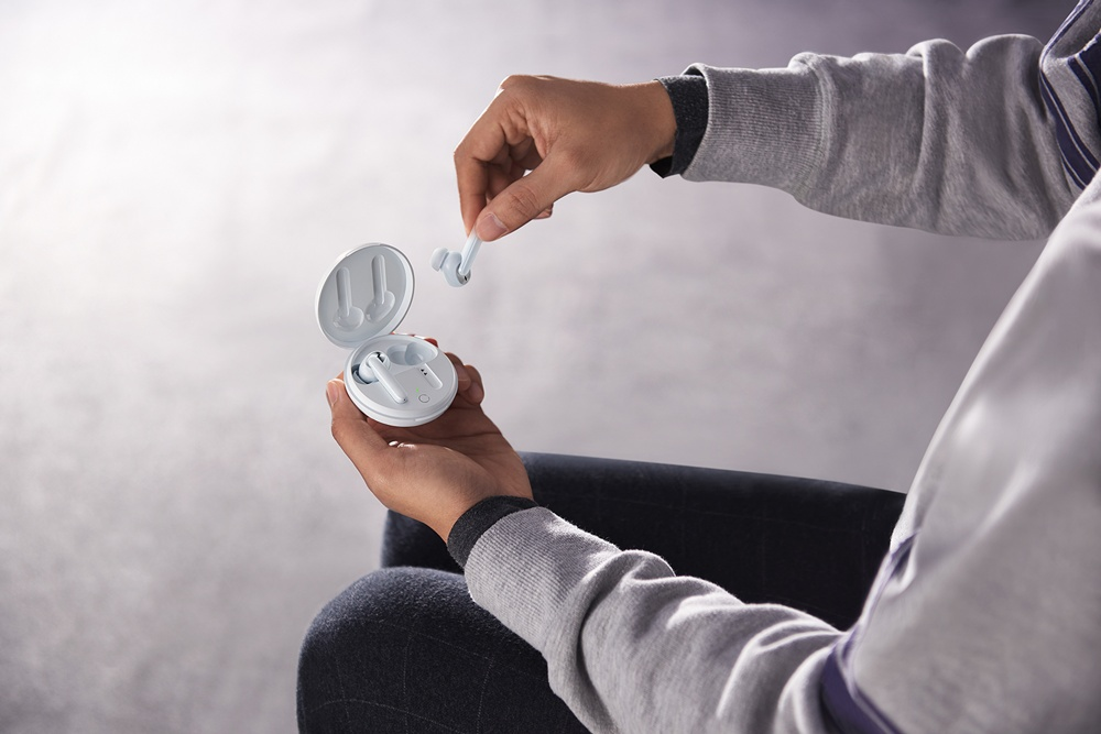 全新OPPO Enco W31提供開蓋即連與自動回連等貼心功能,同時搭載配戴檢測功能,再也不怕意外遺失或臨時中斷。 以粉餅造型設計,OPPO推出新款真無線耳機Enco W31
