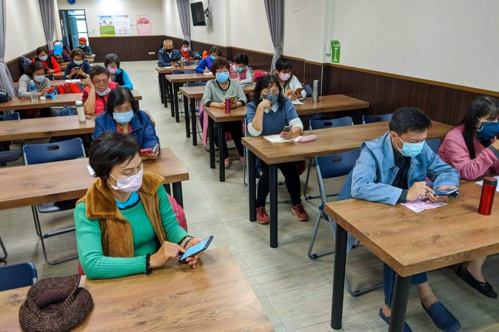 foodpanda 與智樂活樂齡活動社群舉辦線下教學課程,吸引許多銀髮族參加,並由老師親自帶長輩們實際操作 foodpanda APP foodpanda攜手智樂活樂齡活動社群,讓更多銀髮族群也能輕鬆使用外送服務訂購餐飲