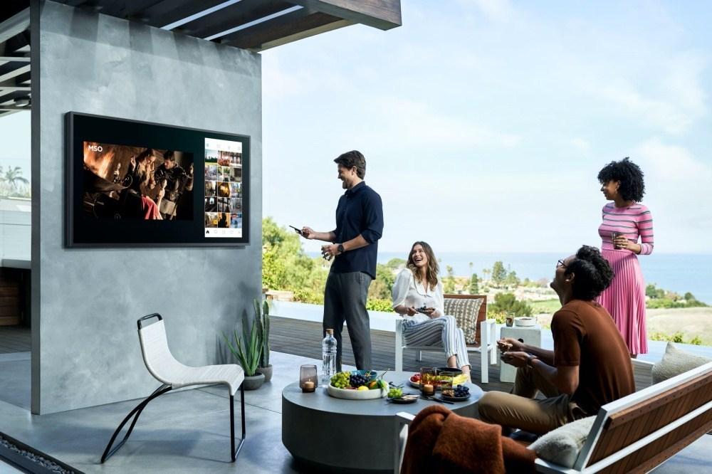 2020 The Terrace 6 針對戶外使用需求,三星推出亮度可達2000nits的The Terrace風格電視