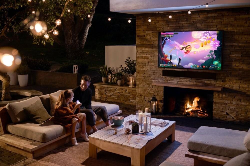 2020 The Terrace 8 針對戶外使用需求,三星推出亮度可達2000nits的The Terrace風格電視