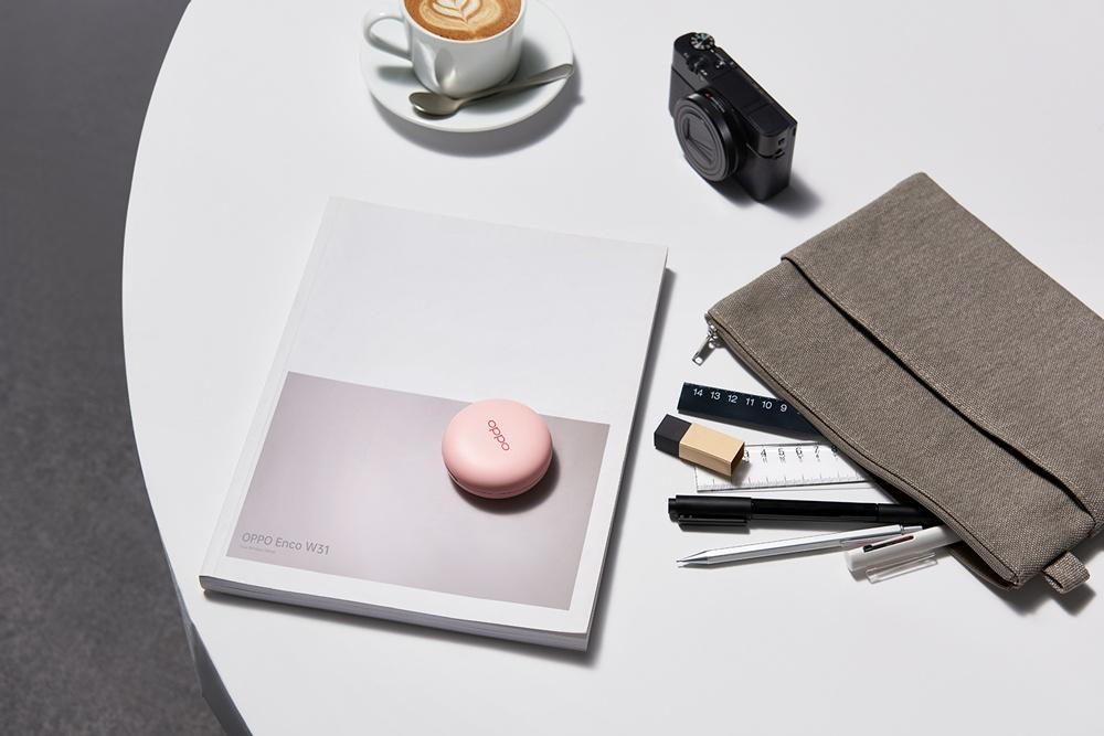 OPPO Enco W31輕薄時尚,表面所使用的珠光質感,讓你一入手就有如初戀相見,未來也將推出專為年輕女性打造的粉色特別款。 以粉餅造型設計,OPPO推出新款真無線耳機Enco W31