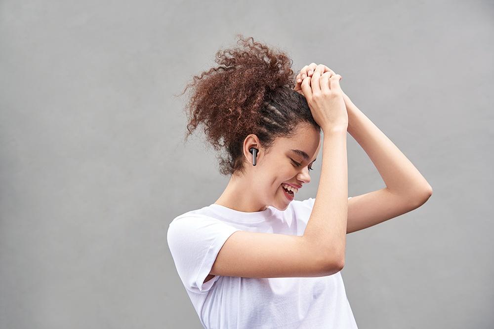 OPPO Enco W31真無線耳機針對不同曲風特性打造「動感模式」和「均衡模式」兩種音效模式,不只高音音質透亮,低音下潛表現也能同樣精彩動感。 以粉餅造型設計,OPPO推出新款真無線耳機Enco W31